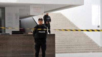 Policias tunecinos vigilan la entrada al Museo Nacional Bardo.