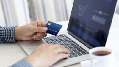Millones de personas atentas a su conexión de internet y su tarjeta de c...