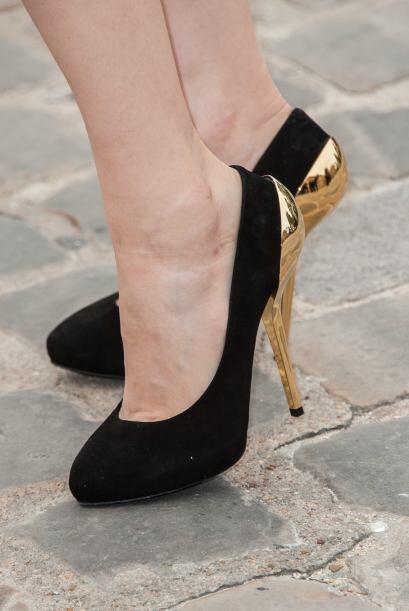 Para la noche unos 'stilettos' en color negro con tachas o aplicaciones...