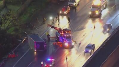 La volcadura de un camión en la autopista 101 provoca la muerte de un hombre y deja a varios heridos, se cree que el conductor se quedó dormido