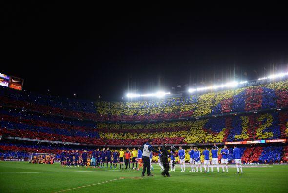 El estadio Nou Camp recibió a las dos potencias con un espectacular mosa...