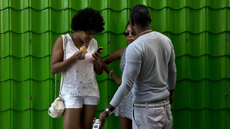 Una mujer mira su celular en la Habana