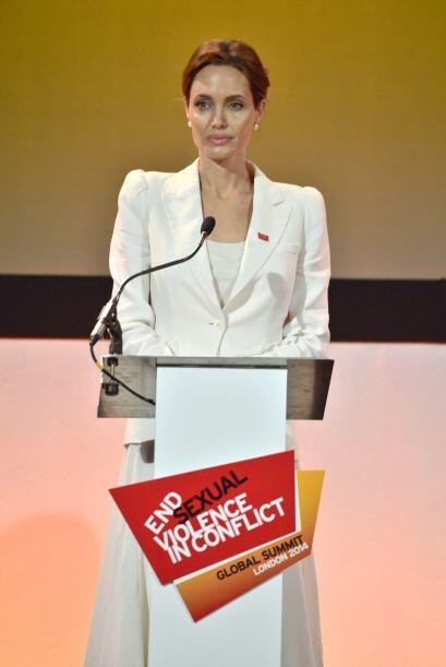 Angelina ofreció un emotivo discurso.  Aquí los videos más chismosos.