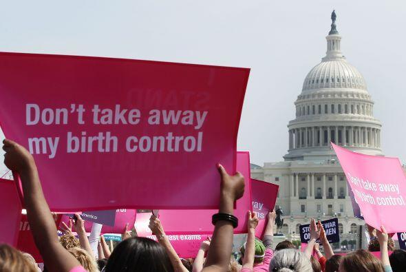 Por otro lado, quienes defienden el derecho de las mujeres sostienen que...