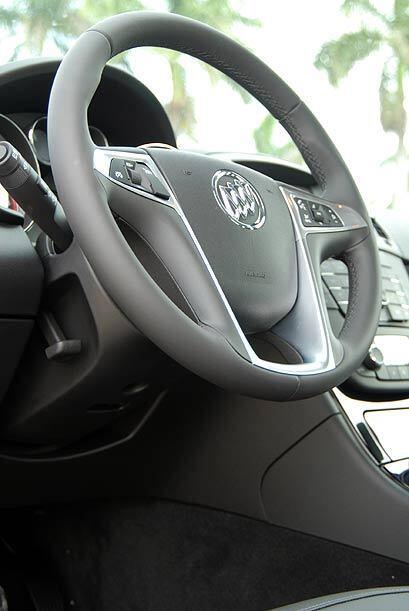El volante permite operar las funciones de control crucero, audio y tele...