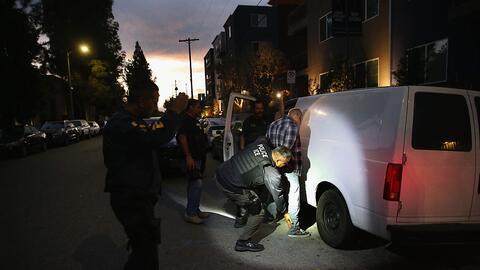 Un hombre al ser detenido en Los Ángeles, California, en 2015.