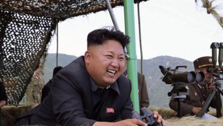 El líder norcoreano, Kim Jong-un, asistió a un simulacro de artillería c...