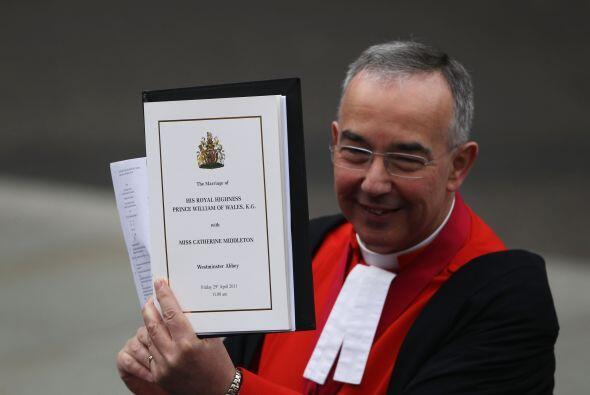 El Reverendo Dr John Hall mostraba la Orden de Servicio a los presentes.