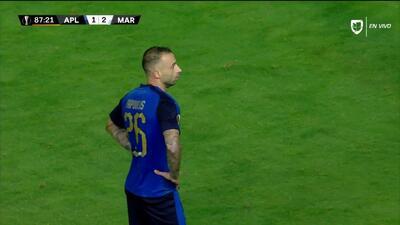 Tarjeta amarilla. El árbitro amonesta a Jordan Amavi de Marseille