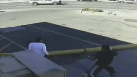 Con un rifle de largo alcance, un sujeto golpea a otro joven y lo mete a...