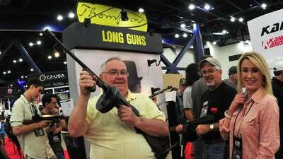 Un hombre posa con un subfusil en la Convención anual de la NRA, en Houston