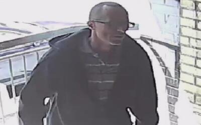 Buscan al sospechoso de robar el correo de un edificio en Brooklyn