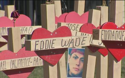 Carpintero instala 127 cruces en honor a todas las víctimas de la violen...