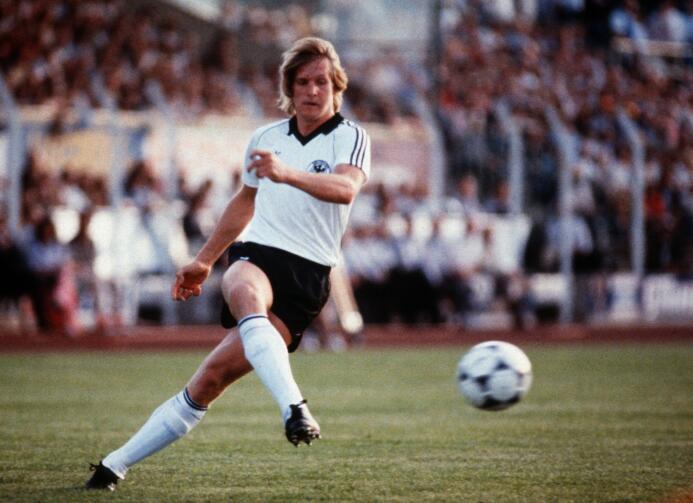 Si bien muchos recuerdan a Bernd Schuster como jugador del F.C. Barcelon...