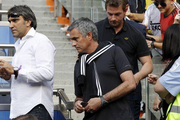 El entrenador José Mourinho se presentó en el Santiago Ber...