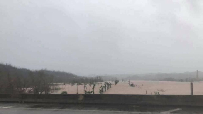 Foto de una carretera del municipio de Vega Alta, después del pas...