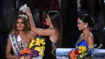 Momento en el que le retiran la corona a Miss Universo