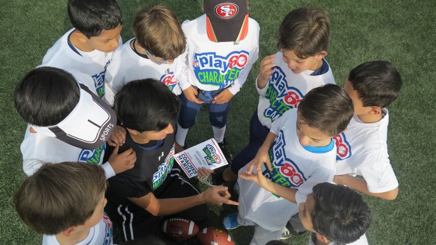 En el Play 60 Character Camp, Anthony Muñoz compartió los valores del ju...