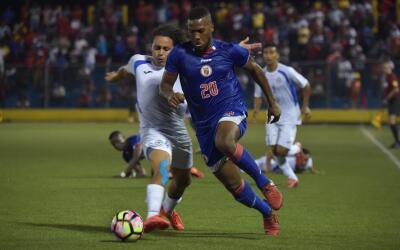 El defensa nicaragüense Jason Casco con el número 20.