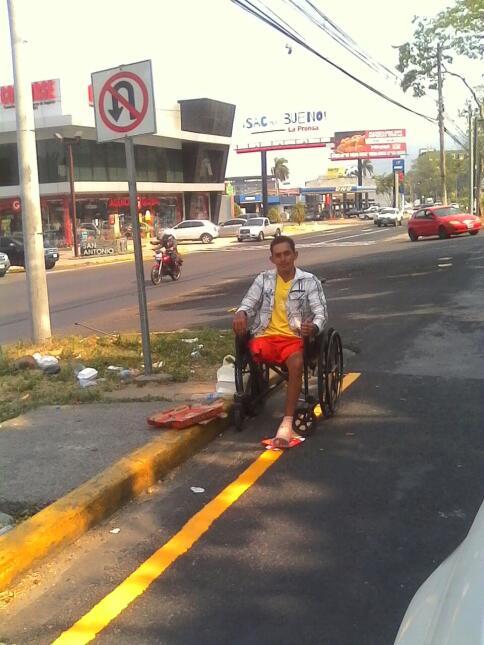 Con su pie aun sin cicatrizar, y una silla prestada, pide ayuda en las c...