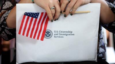 Organización brinda asesoría y clases de inglés gratuitas a quienes buscan obtener la ciudadanía de EEUU