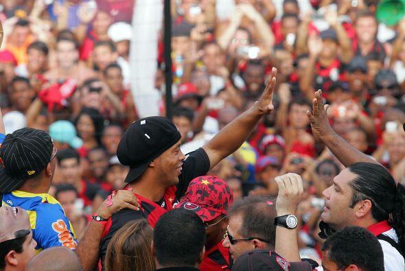 Un regreso endiosado el que recibió Ronaldinho, ahora deberá responder a...