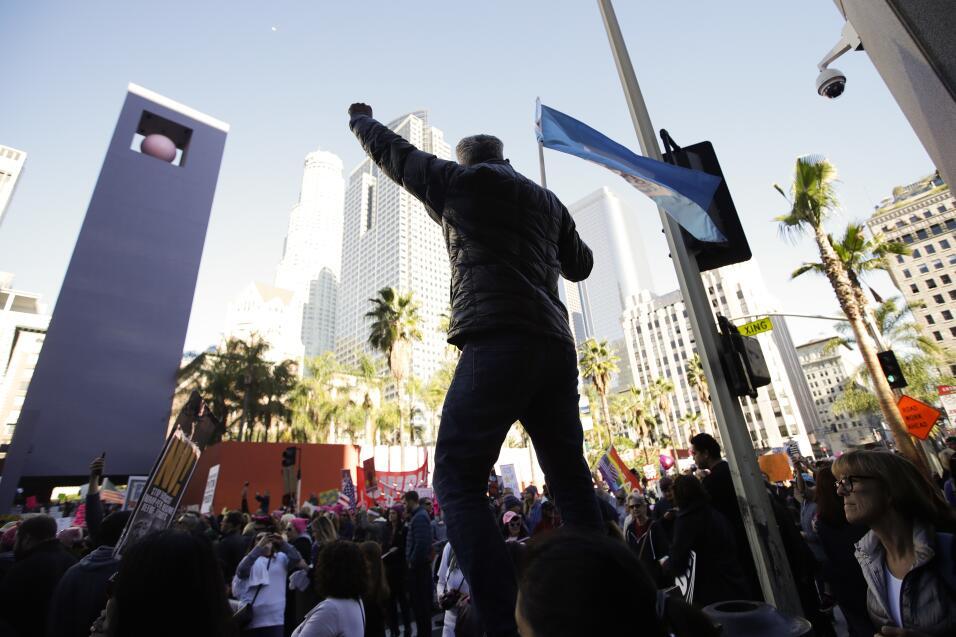 Miles de personas marcharon en Los Ángeles contra el gobierno de Trump.