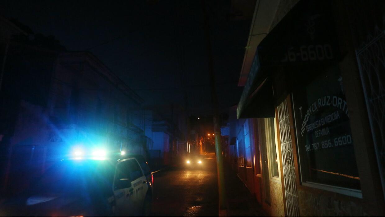 Una patrulla de la Policía recorre calles del municipio de Yauco durante...