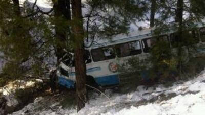 El autobús escolar se salió del camino y cayó un promedio de 20 pies.