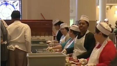Bancos de comida abren sus puertas para ayudar a los empleados federales