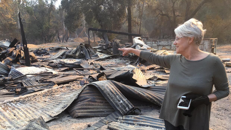 Lorrie, de 70 años, enseña la devastación de lo que alguna vez fue su casa.
