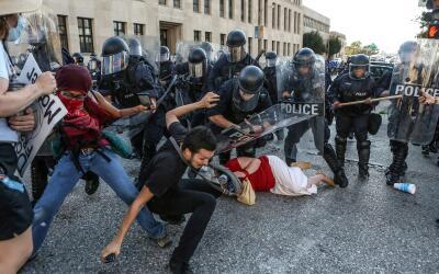 Choque entre agentes de la policía y manifestantes que protestaba...