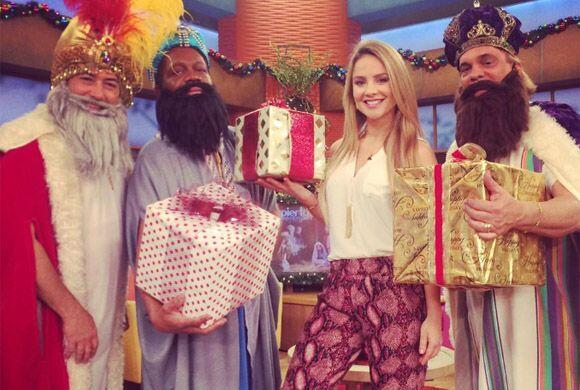"""""""Feliz dia de Reyes, ¿y mi regalito ?"""", preguntó Ximena. (Enero 6, 2015)"""