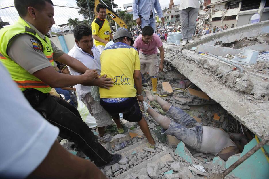 Las imágenes que nos deja el potente terremoto en Ecuador  APTOPIX%20Ecu...