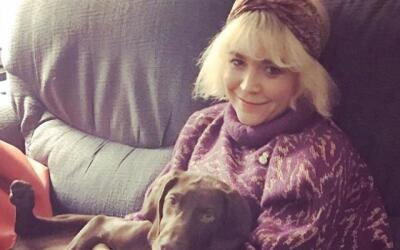 Julia Kebbel y su perra, una labrador chocolate llamada 'Cindy Crawford'.