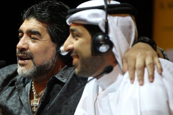 El personaje que Maradona abraza es un peso pesado del fútbol de los Emi...