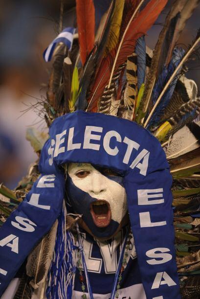 El aficionado salvadoreño se llevó su mejor indumentaria para respaldar...