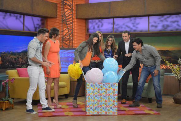 De la caja comenzaron a salir muchos globos con las frases 'It's a boy'...