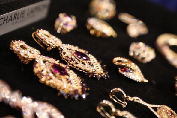 Nos trae una amplia colección de finos aretes, brazaletes y collares par...