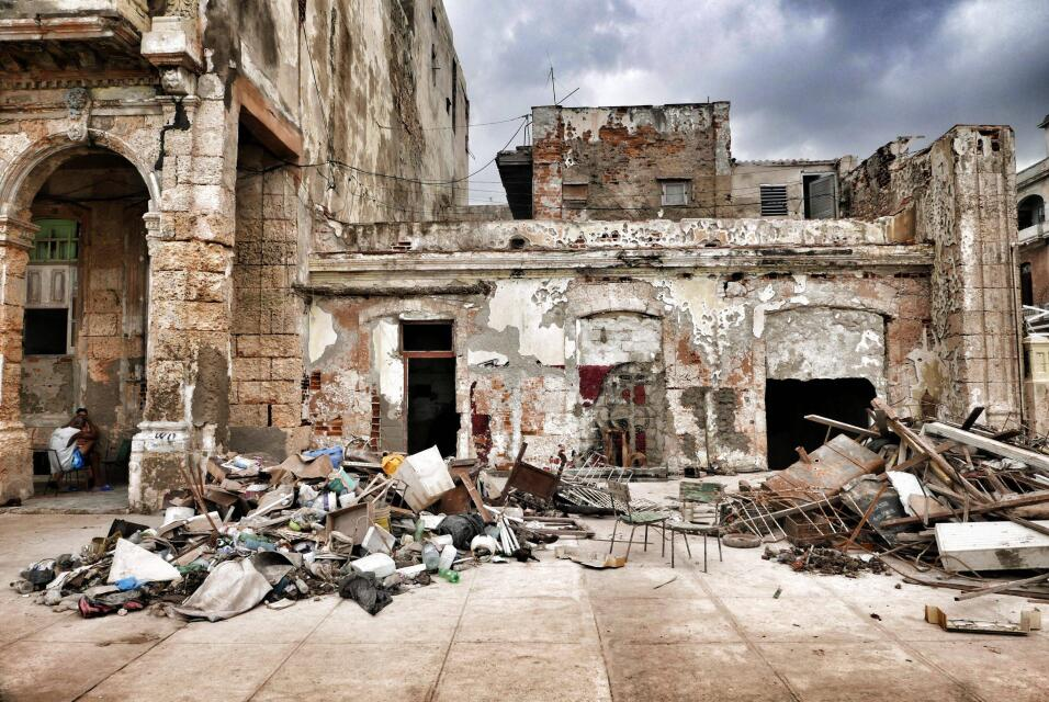 EEUU retira a más de la mitad del personal de su embajada en Cuba tras '...