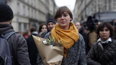 Mujer lamenta atentados en Paris