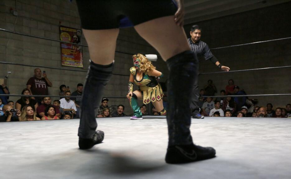 Siguiendo la tradición de este deporte-espectáculo, los peleadores mexic...