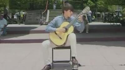 Guitarrista mexicano se prepara para tocar junto a la orquesta comunitaria sinfónica de Atlanta