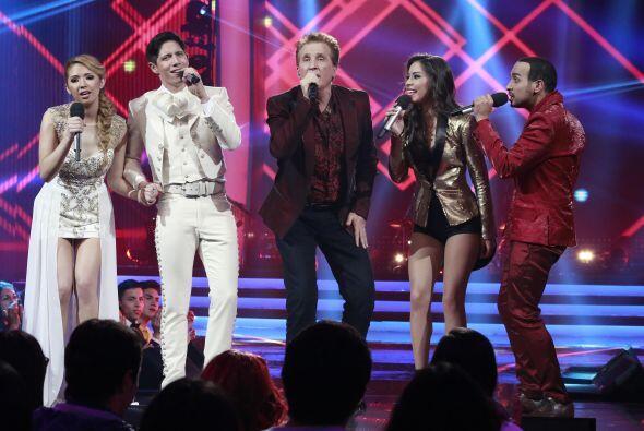 Paloma junto a sus compañeros de equipo, cantaron con Emmanuel.