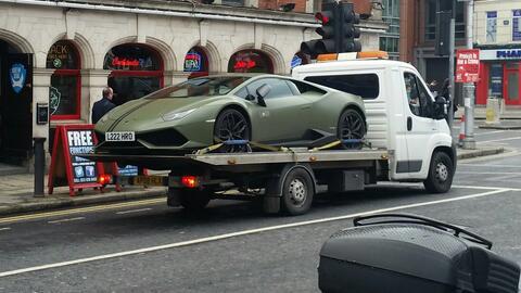 El célebre luchador irlandés había estacionado su Lamborghini sobre una...