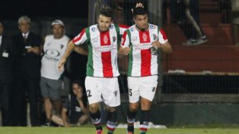 Roberto Gutiérrez y Juan Ignacio Luna, del Palestino, con el uniforme de...