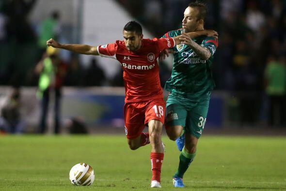 """""""scar Rojas, de Toluca, protege la pelota ante la marcación de Matías Vu..."""