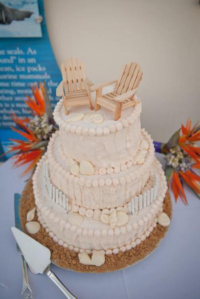 Un pastel con diseño sencillo pero que parecía hecho de arena y decorado...