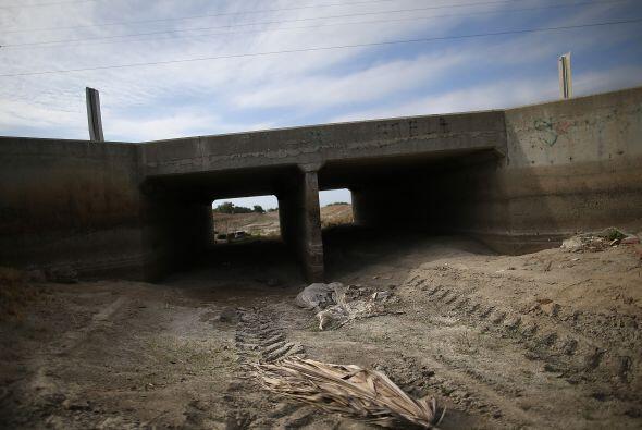 Un canal de riego completamente seco a finales de abril a su paso por St...