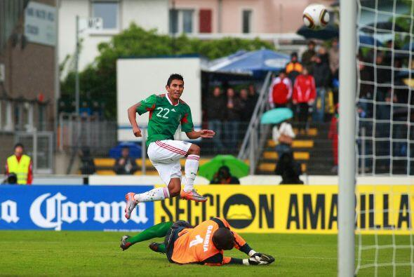 Los goles corrieron a cargo de Javier Hernández al 17 y 50 minutos y Ado...